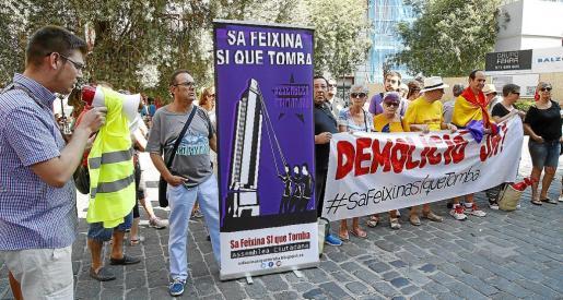 Concentración de la asociación 'Sa Feixina sí que tomba' reclamando el derribo del monumento.