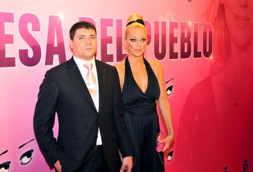 """Belén Esteban y su esposo, Fran posan para la prensa durante el preestreno del documental """"La princesa del pueblo"""", su última aparición pública como pareja."""