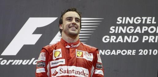 El piloto español Fernando Alonso (Ferrari) celebra en el podio del Gran Premio de Singapur en el Circuito Callejero de Marina Bay en Singapur, Singapur, el pasado 26 de septiembre.