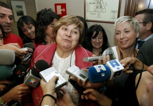 Isabel López, del PSOE, responde a las preguntas de los periodistas antes de la reunión.