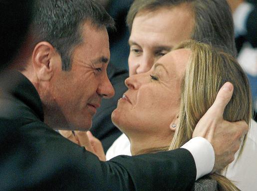 Tomás Gómez besa a la ministra Trinidad Jiménez en el Comité Regional del PSM.