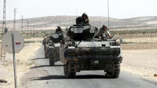 Imagen de algunos carros de combate turcos adentrándose más allá de la frontera, en el norte de Siria, en operaciones bélicas contra EI.