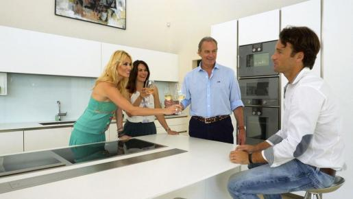 Carolina y Carlos, conversan con Bertín y Fabiola en su cocina.