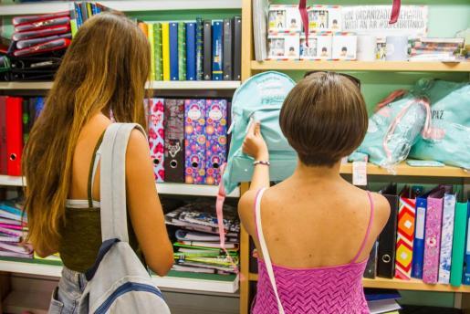 Una madre y una hija, comprando material escolar antes de la 'vuelta al cole'.