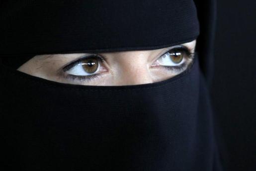 Mujer musulmana con el tradicional niqab sobre la cabeza.