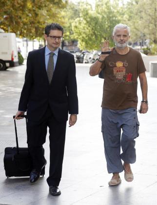 El exgerente de Imelsa Marcos Benavent (d), acompañado por su abogado, a su llegada a la Ciudad de la Justicia de Valencia, donde ha sido citado a declarar por el titular del Juzgado de Instrucción número 18, que investiga el denominado caso Imelsa.
