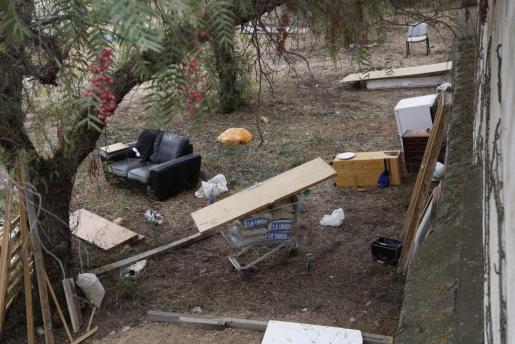 En este solar de El Amanecer se observan sacos de cemento, sofás, sillas, maderas, entre otros objetos.