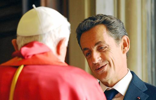 Imagen del encuentro entre el Papa y el presidente francés en la basílica de San Pedro del Vaticano.