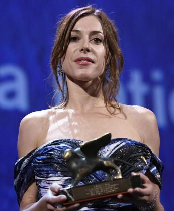 La actriz española Ruth Díaz sostiene el galardón obtenido.