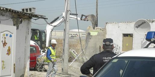 Imagen de archivo de la demolición de una barraca por orden judicial en el poblado chabolista de Son Banya realizada con fuerte presencia policial para evitar altercados.