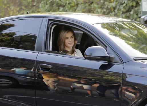 La Reina ha saludado a los periodistas, a su llegada al colegio de sus hijas.,