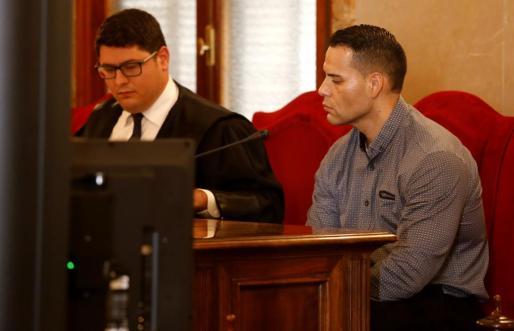 Emerson, junto a su abogado, este lunes e el juicio.