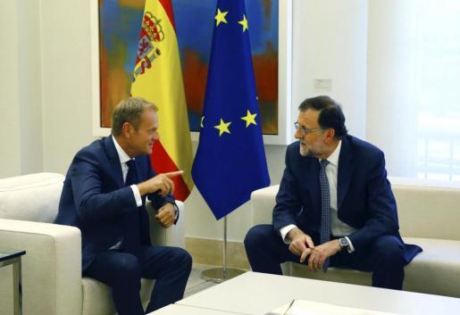 El jefe del Gobierno en funciones, Mariano Rajoy, junto al presidente del Consejo Europeo, Donald Tusk, durante la reunión mantenida esta tarde en el Palacio de la Moncloa.