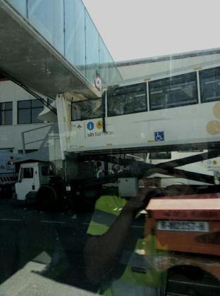 Imagen de cómo quedó el vehículo tras impactar con un puente.