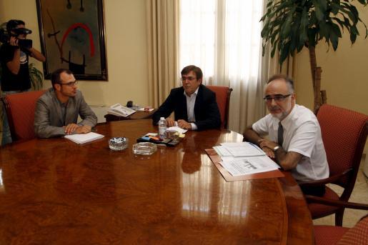 El president del Govern, Francesc Antich, y el conseller de Economia, Carles Manera, se han reunido con el portavoz del Bloc, Biel Barceló.