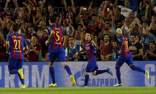 El delantero argentino del FC Barcelona Lionel Andrés Messi celebra el gol que ha marcado ante el Celtic de Glasgow durante el partido de la primera jornada de la Liga de Campeones que isputan esta noche en el Camp Nou de Barcelona.