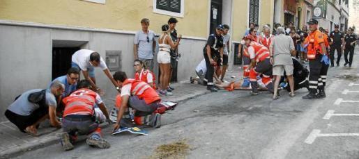 Servicios de emergencias, atendiendo a los heridos en el Carrer de Sant Roc el pasado jueves.