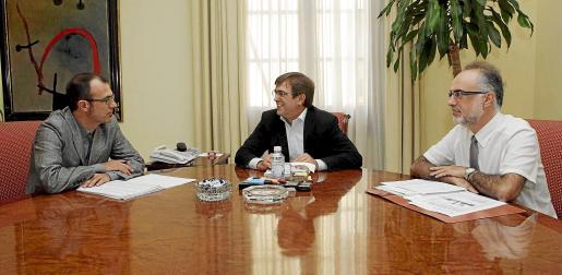 De izquierda a derecha, Biel Barceló, Francesc Antich y Carles Manera, ayer en el Parlament .
