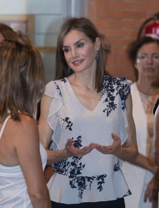 """La Reina Letizia conversa con varias profesoras a su llegada al Centro de Educación Infantil y Primaria """"Ginés Morata"""" de Almería donde acudió el pasado miércoles."""