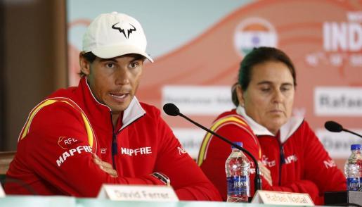 El tenista Rafael Nadal (i) y la capitana del equipo español Conchita Martínez (d), durante una rueda de prensa en Nueva Delhi.