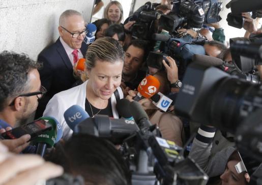 Diana López Pinel, madre de Diana Quer, atiende a los medios tras prestar declaración en el juzgado con motivo de la retirada de la custodia de su otra hija, Valeria.