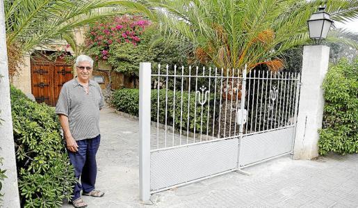 El párroco Gabriel Ferrer, ante la barrera que ha instalado con dinero del Obispado.
