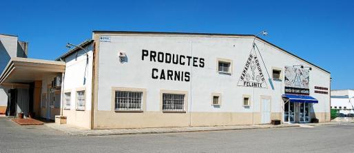 La fábrica se encuentra a las afueras de Felanitx, en la carretera que lleva a Porreres.