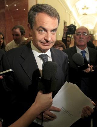 El presidente del Gobierno, José Luis Rodríguez Zapatero, ante los micrófonos en los pasillos del Congreso, antes de la sesión de control a su gabinete.