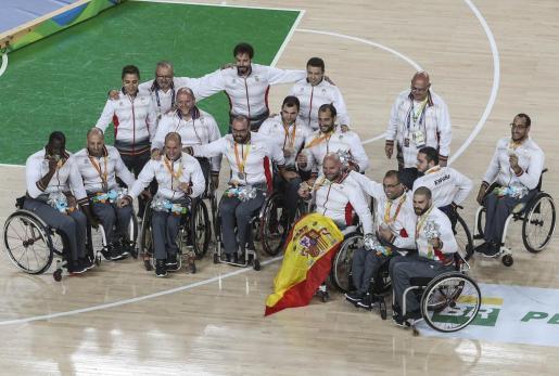 Los jugadores españoles tras recibir el metal.