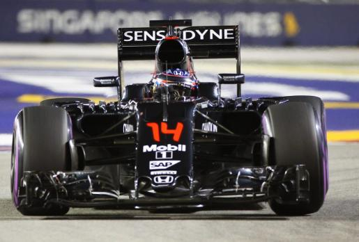 El español Fernando Alonso, en el circuito de Marina Bay durante el Gran Premio de Singapur de Fórmula 1.