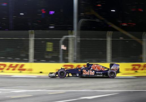 El piloto español de Fórmula 1 Carlos Sainz, de la escudería Torro Rosso, durante la segunda sesión de entreamientos en el Gran Premio de Singapur.