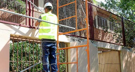 Imagen de un operario trabajando en las mejoras del colegio Joan Miró que se realizaron durante el verano del año pasado.