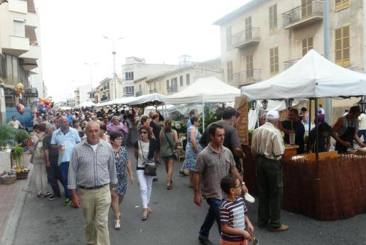 Centenares de personas llenaron de buena mañana las Avingudes para disfrutar de la oferta de la feria. Hubo muchos puestos de alimentación, artesanía o gastronomía.