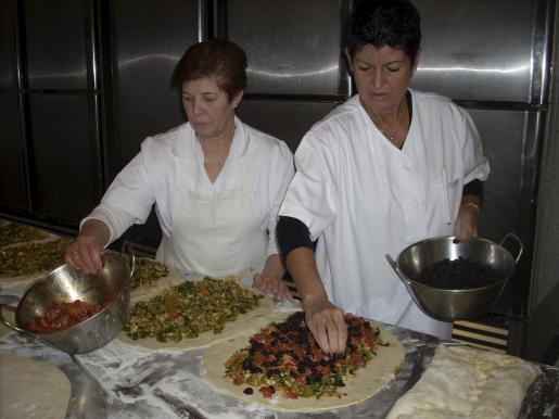 Margalida y Joana confeccionan distintas 'espinagades'.