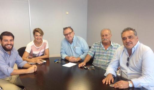 La Portavoz del Grupo Municipal Popular, Marga Durán, y el concejal Javier Bonet, se han reunido este lunes con representantes de CAEB Restauración.