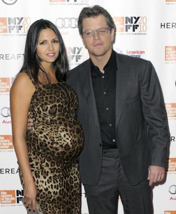 El actor estadounidense, Matt Damon (d), y su esposa, Luciana Barroso (i), serán padres de nuevo en unas pocas semanas.