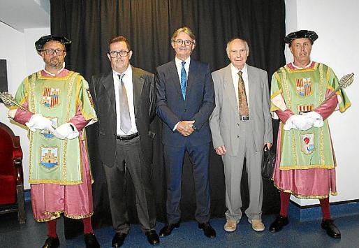 El macero Jaume Genestra, Miquel Jaume, Monti Galmés, Gabriel Barceló y el macero Matías Binimelis.