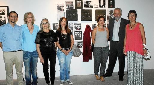 El regidor de Cultura Llorenç Carrió, Su Alonso, Teresa Matas, Inés Marful, Mar Rescaldo, Luis Corral y Francisca Niell, ante la obra de Matas.