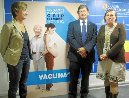Margalida Buades, Vicenç Thomàs y Eugènia Carandell junto al póster de la campaña.