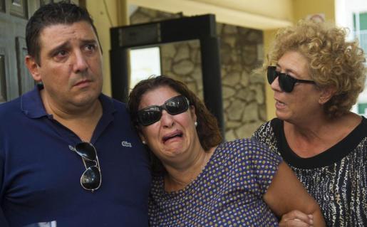 Noelia (c) y Alberto, padres de acogida preadoptiva de Joan, de cuatro años, son consolados tras entregar a su madre biológica al menor, al que han cuidado desde que tenía un año y medio en Sueca, en el cuartel de la Guardia Civil de Valencia, para cumplir la ejecución de una sentencia de la Audiencia de Oviedo.