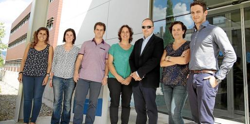Antonio Gutiérrez (con gafas) y Silvia Fernández, en el centro, con miembros de sus equipos.