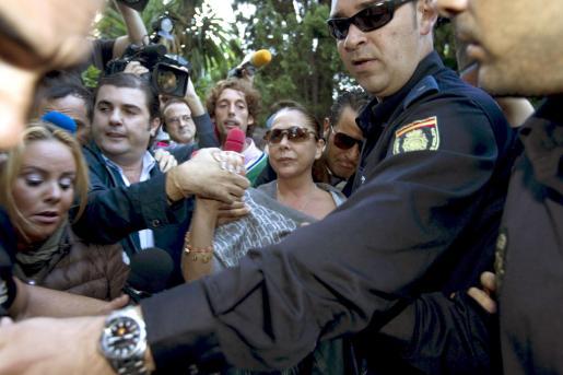 La tonadillera Isabel Pantoja, rodeada de periodistas a su llegada al Juzgado de Instrucción número 5 de Marbella para que le sea notificada la apertura de juicio oral en una pieza separada del caso Malaya en la que se le acusa de un delito continuado de blanqueo de dinero.