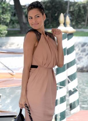 La actriz estadounidense Eva Mendes posa al llegar al Lido de Venecia durante la celebración del la 66ª edición del Festival de Cine de Venecia.