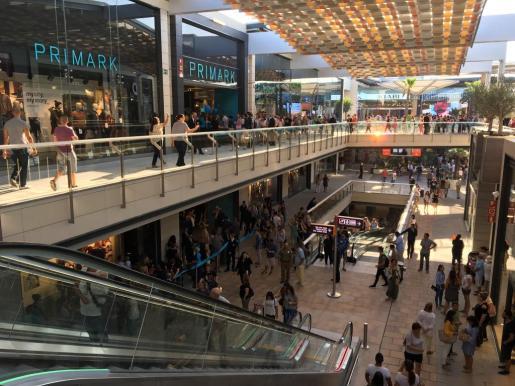 Imagen del centro comercial, poco antes de su apertura a las 10 horas. Ya estaba lleno.