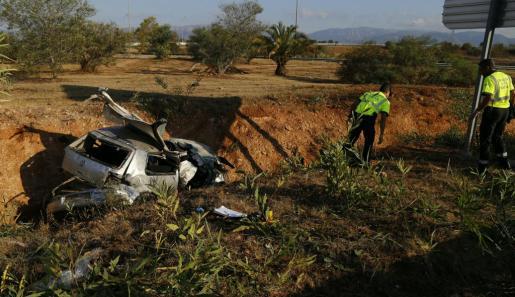 El vehículo accidentado quedó en una zona poco visible desde la autopista.