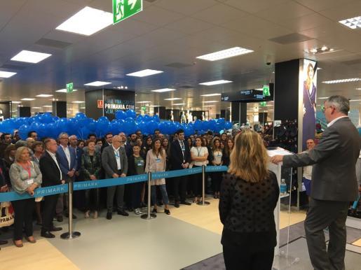 El director general para Primark en España y Portugal, Stephen Muller, ha sido el encargado de cortar la cinta inaugural que ha dado paso a los ansiosos clientes que esperaban la apertura de la tienda.