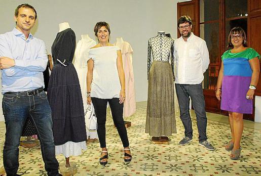 El regidor de Cultura, Llorenç Carrió; Francisca Niell, Antoni Noguera y Bel Busquets, en la exposición de Susy Gómez.