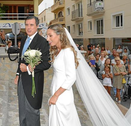 La novia entró a la iglesia del brazo de su padre, Jaume Matas, muy emocionada.