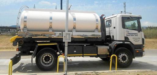 Un camión cisterna, cargando agua desalada en Son Pacs, en Palma.