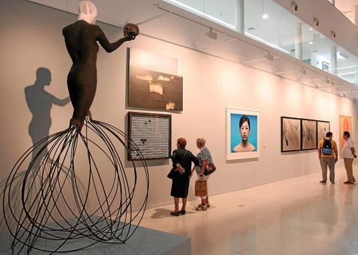 En primer término, una pieza de Bernardí Roig, entre otras obras.